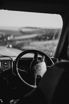 Volante interno do carro estacionado na estrada