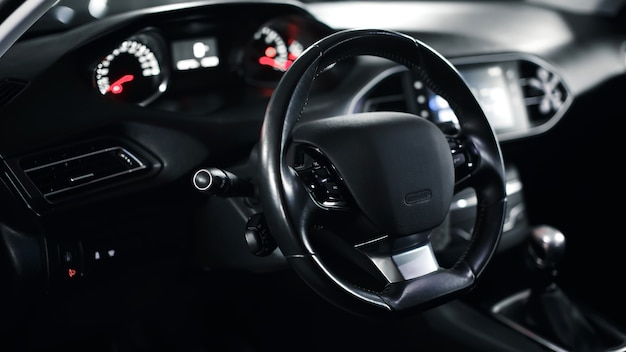 Volante vazio no carro coluna de direção do carro interior do carro premium moderno interior escuro closeup volante