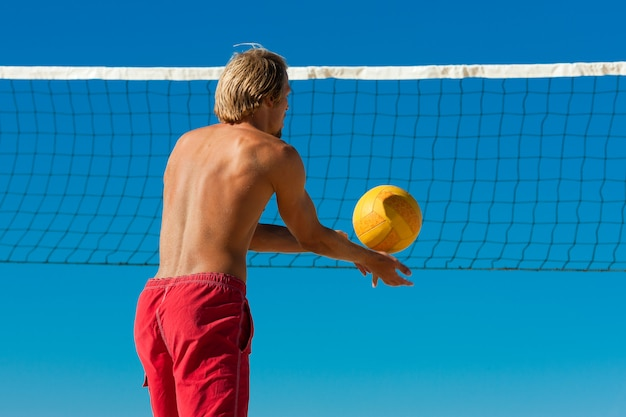 Vôlei de praia - homem servindo a bola