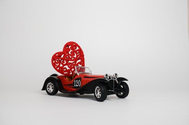 Volgogrado, rússia, 17 de janeiro de 2021 um pequeno carro bugatti retrô vermelho carrega um coração