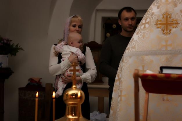 Vologda, rússia - 25 de dezembro de 2015: uma cerimônia de epifania bebê na igreja russa em vologda rússia