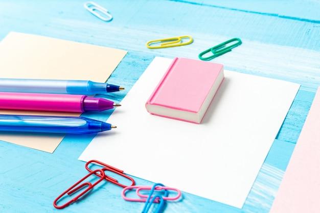 Volta ao conceito de escola com artigos de papelaria material de escritório canetas, lápis, pincéis, canetas de feltro, marcadores, clipes de papel