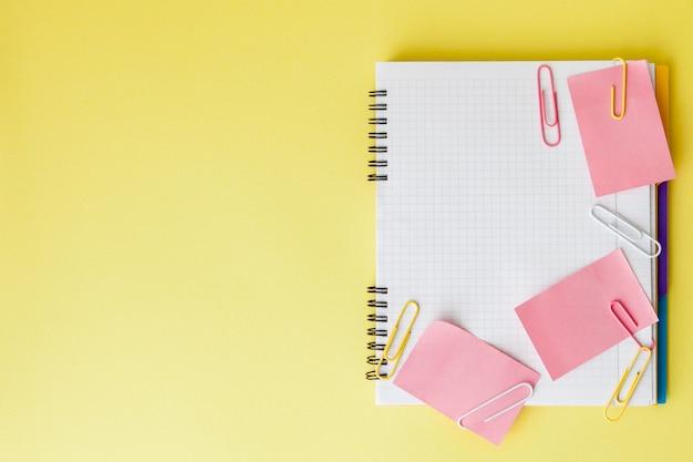 Volta ao conceito de escola, com espaço para texto. vista do topo. copie o espaço. material de escritório escolar. mesa criativa com artigos de papelaria coloridos.