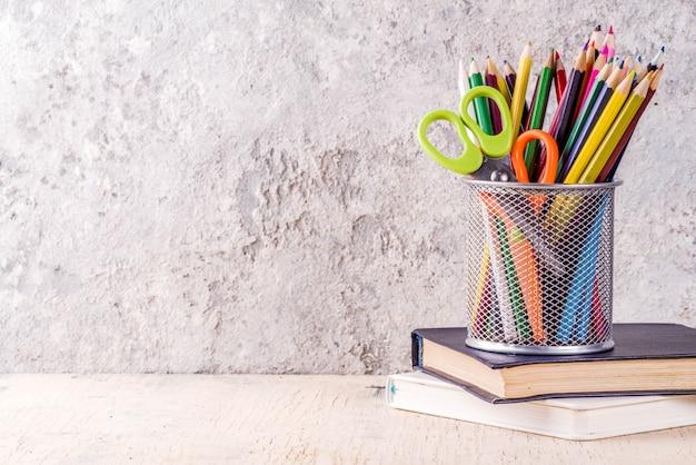 Volta ao conceito de escola com lápis, material escolar e livros