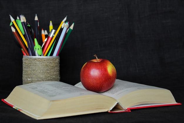 Volta ao conceito de escola com material escolar com maçã com espaço de cópia do texto