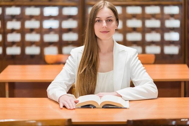 Volta ao conceito de escola com mulher estudando na biblioteca