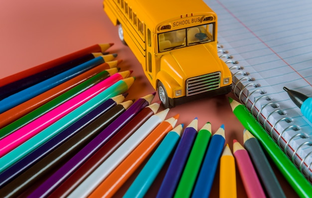 Volta ao conceito de escola com ônibus e caderno, lápis