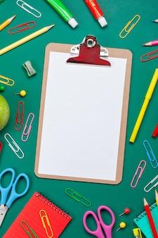 Volta ao conceito de escola com papelaria colorido sobre a placa verde