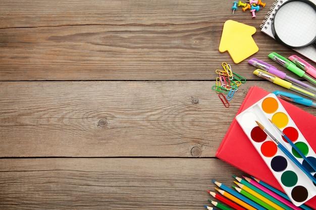 Volta ao conceito de escola em cinza de madeira.