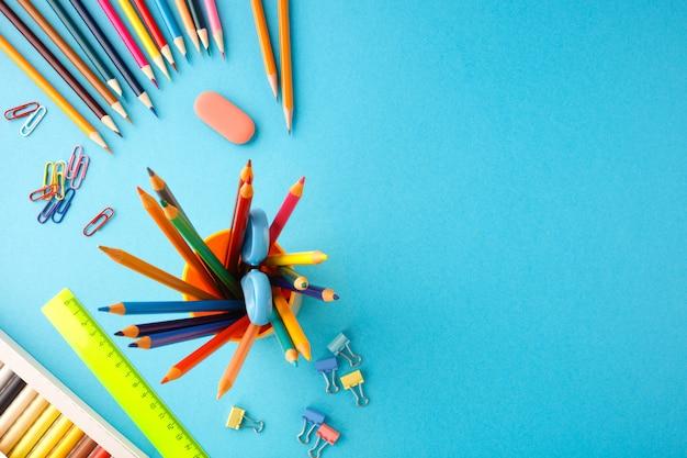 Volta ao conceito de escola em fundo azul de papel de textura.