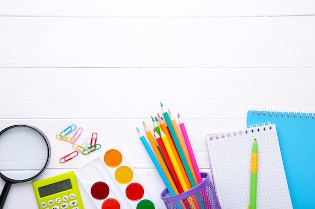 Volta ao conceito de escola em fundo branco de madeira