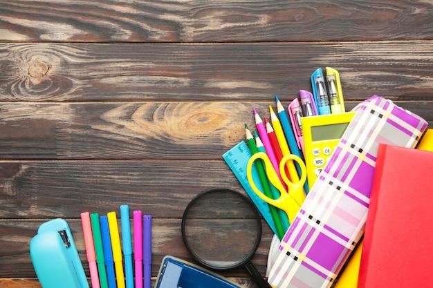 Volta ao conceito de escola em fundo de madeira marrom. vista do topo