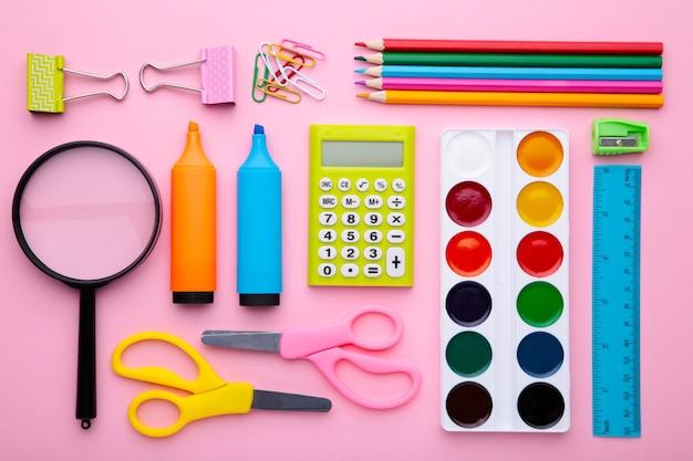 Volta ao conceito de escola em fundo rosa, vista superior