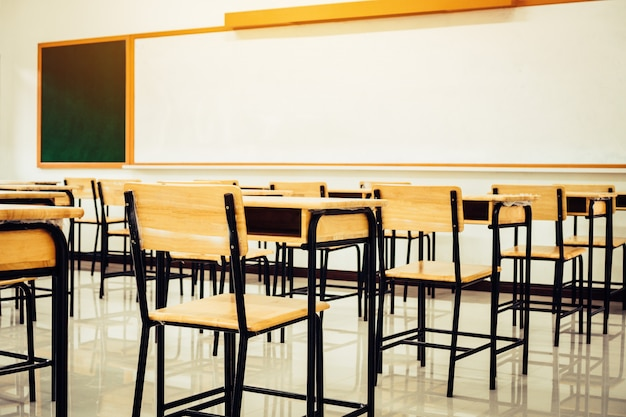 Volta ao conceito de escola. escola sala de aula vazia, sala de aula com mesas e cadeiras de madeira de ferro