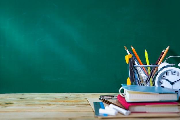 Volta ao conceito de escola. lápis de cor e suprimentos na mesa de madeira