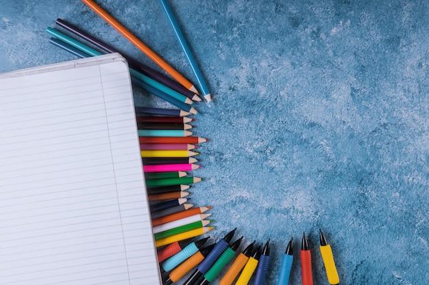 Volta ao conceito de escola. materiais de arte