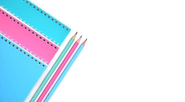 Volta ao conceito de escola, material escolar, cadernos pastel colorido