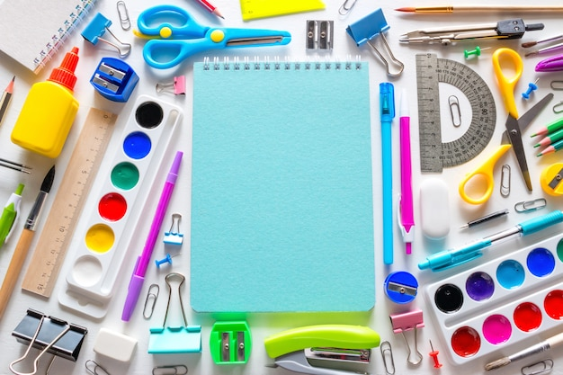 Volta ao conceito de escola. material escolar e notebook com lugar para texto