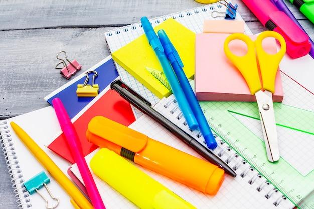 Volta ao conceito de escola. material escolar em placas de madeira cinza