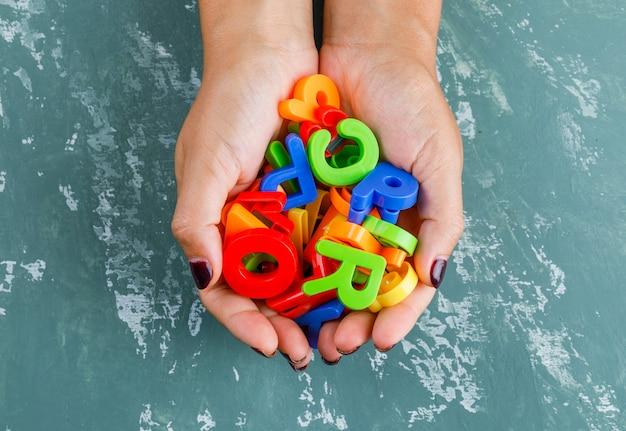 Volta ao conceito de escola. mulher segurando letras coloridas.