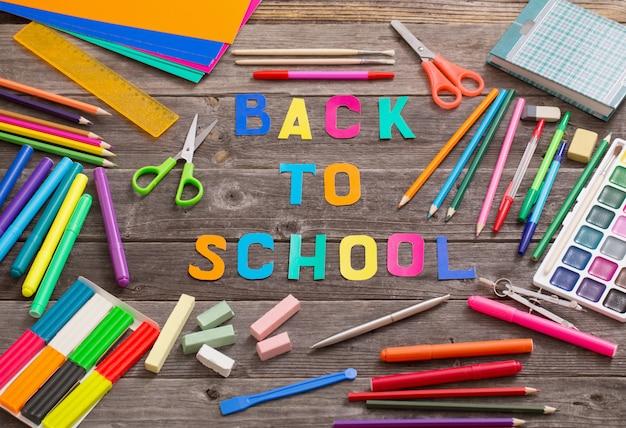 Volta ao conceito de escola na mesa de madeira