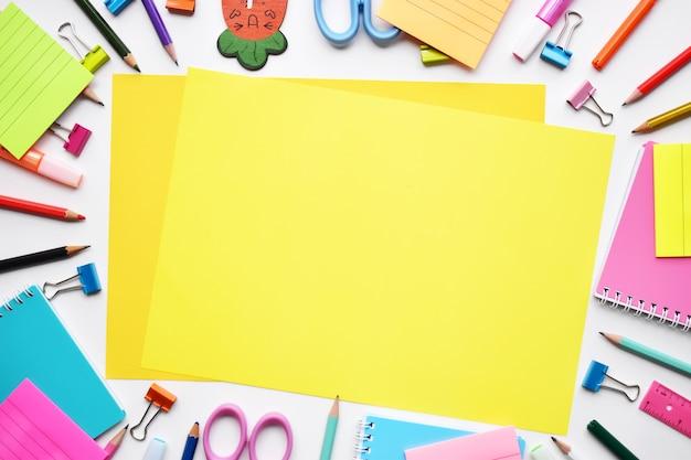Volta ao conceito de escola, vista superior de papelaria colorida