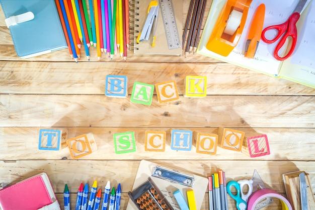 Volta ao conceito de escola. vista superior do lápis colorido e suprimentos na mesa de madeira