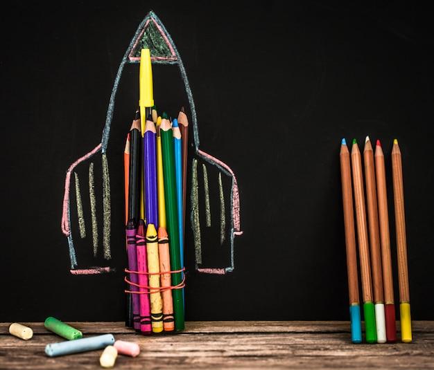 Volta ao foguete escolar de lápis