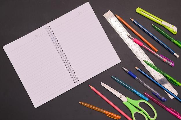 Volta às aulas e ao conceito de educação caderno e artigos de papelaria