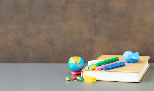 Volta às aulas e conceito de educação papelaria para estudos perto do quadro-negro e local para texto