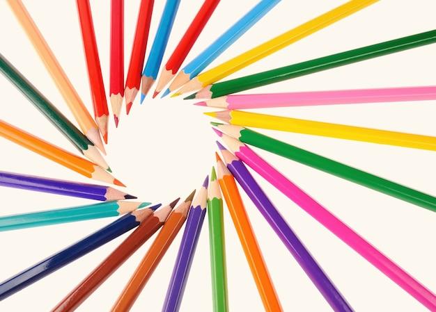 Volta às aulas lápis multicoloridos isolados no fundo branco