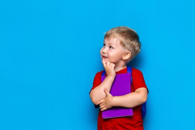 Volta para a escola, retrato, de, feliz, surpreendido, criança, ligado, azul