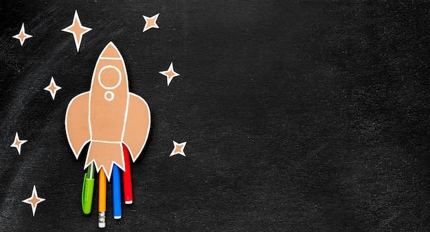 Volta para escola foguete com cópia espaço e lápis