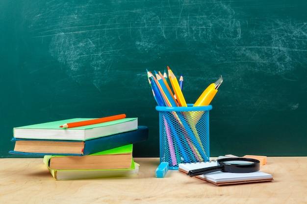 Volta para o design de modelo de escola, com material escolar e espaço para texto