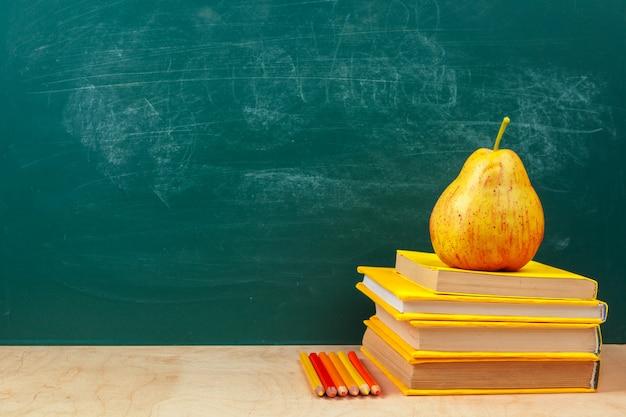Volta para o design de modelo de escola, com material escolar, fundo de greenboard