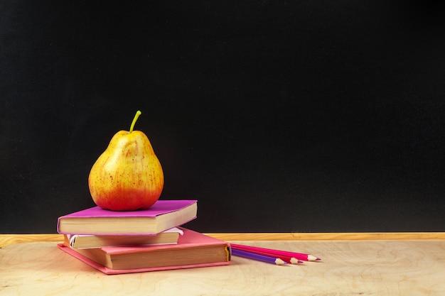Volta para o design de modelo de escola, com material escolar fundo de quadro-negro