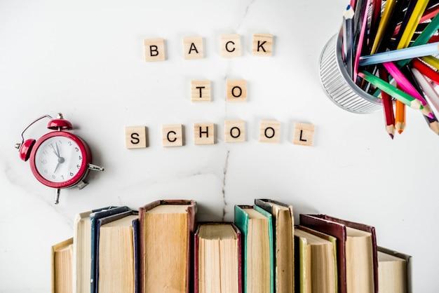 Volta para o fundo da escola com livros antigos