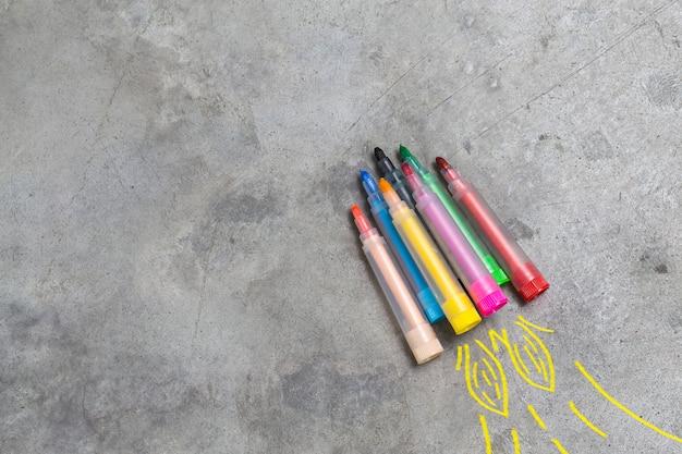 Voltar ao conceito da escola. foguete feito de lápis, crayons e gizes