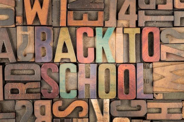 Voltar às palavras da escola em blocos de impressão tipográfica