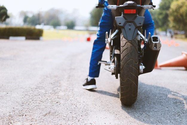 Voltar imagem de um piloto de bicicleta de rua