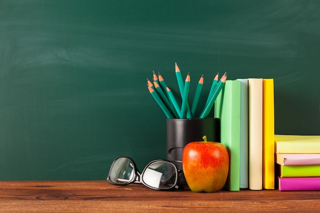 Voltar para a escola, maçã e livros com lápis e