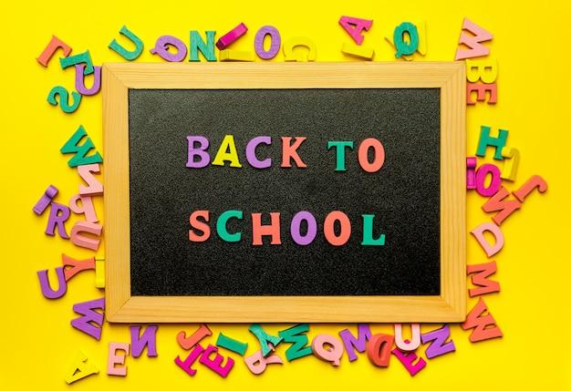 Voltar para a escola texto letras coloridas no quadro-negro