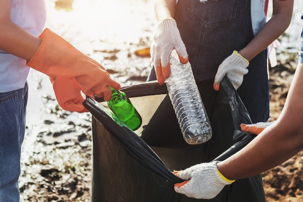 Voluntária, mulher, buscar, lixo, plástico, para, limpeza, em, rio, parque