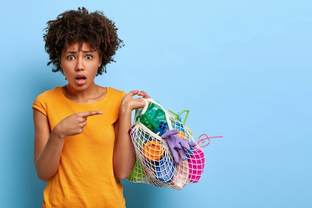 Voluntária perplexa e preocupada coleta lixo plástico