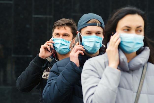 Voluntariado. pessoas vestindo máscara facial ao ar livre. surto mundial de coronavírus. epidemia de coronavírus.