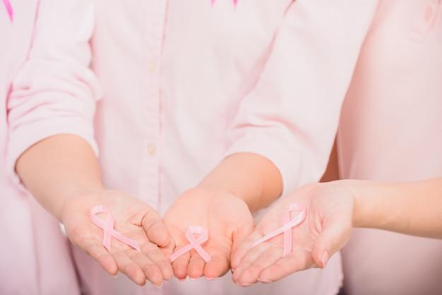 Voluntárias femininas apoiando awarenes de câncer de mama.
