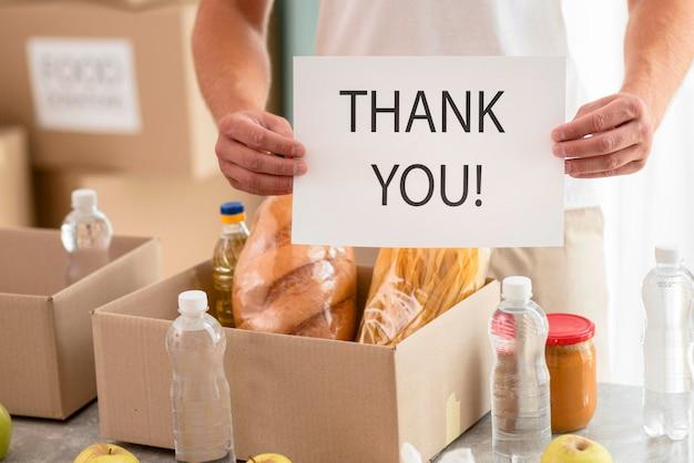 Voluntário agradecendo por ajudar com doações para o dia da alimentação