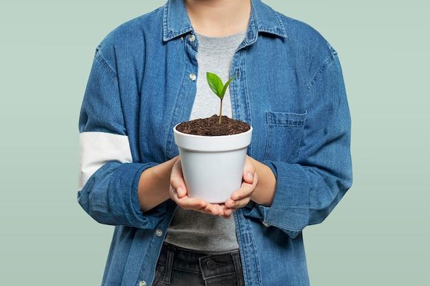 Voluntário ambiental com um vaso de plantas Foto gratuita