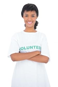 Voluntário de cabelo preto conteúdo posando com braços cruzados