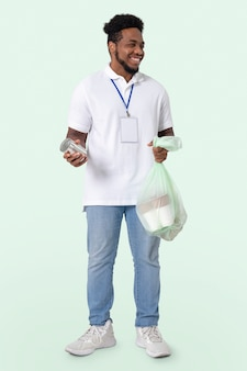 Voluntário de limpeza de praia durante o novo normal